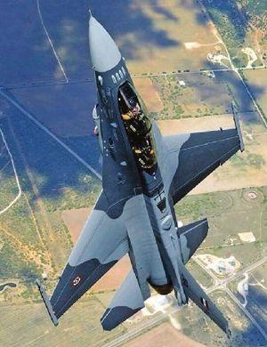 伊拉克接收首批4架F-16战机 总理防长登机体验