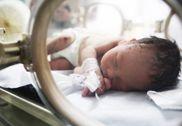 新生儿疑遭生母从4楼抛下 被弃雨中数小时存活