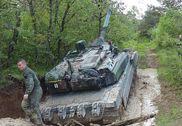 法军世界最贵坦克掉进泥坑里 救援车快速拖出