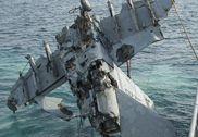美军F/A-18舰载机坠海四个月后被捞起 士兵欢呼