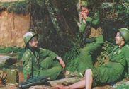战斗间隙洗脚:对越反击战时期女兵