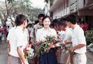 男生列队送花:泰国前女总理英拉