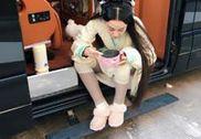 张馨予撩裙露腿形象全无 路边坐地大吃东西