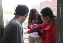 河南一男老师到女生宿舍查寝 进女厕收手机