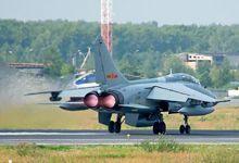 中国飞豹战机现身俄机场 短停后奔赴航空飞镖赛场