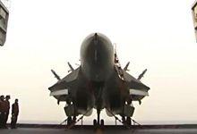 歼-15上甲板珍贵画面:升降机面积小 折叠空速管