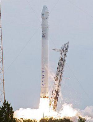 美国SpaceX无人火箭发生爆炸 火光冲天场面惨烈