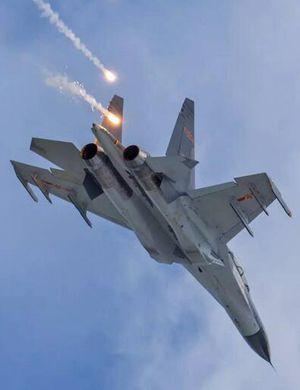中国轰6K首曝挂巡航导弹飞赴西太 威慑美国航母