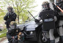 德警察为防砍刀配锁子甲 网友:条顿骑士团再临