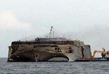 美军先进运输舰遭游击队袭击 舰体报废惨不忍睹