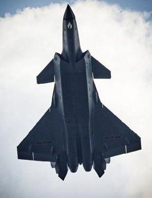 歼-20首次打开机腹弹仓试飞 换迷彩涂装科幻霸气