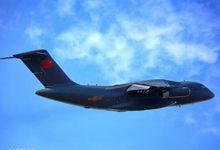 运-20蓝天翱翔姿态轻盈 做工精良驾驶舱清晰可见