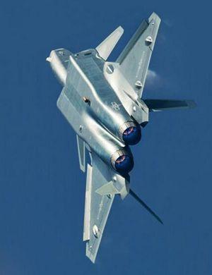 新一架歼-20空中试飞矫健轻盈 翼尖拉出优美弧线
