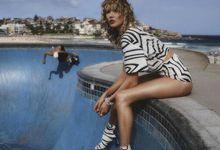 超模Karlie Kloss身穿豹纹短裙 展示野性魅力