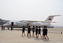 朝鲜空姐捧花迎接!丹东到平壤国际航线已开通