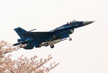 战力被中国歼10B碾压:日本F2战机与樱花合照