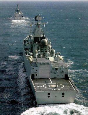 御用摄影师技术还行!中国052B驱逐舰纵向补给
