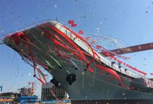 拖船全部就位!中国国产航母正式下水慢慢移动
