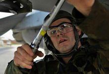 为战争准备?美国空军在韩国基地比赛装载弹药