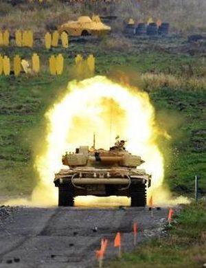 俄罗斯阿玛塔坦克真是多功能!还当士兵饮料架