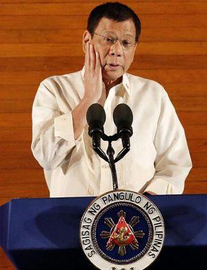 首批中国援助武器运抵菲律宾 杜特尔特亲自验货