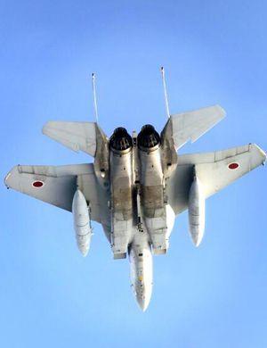 日F-15J战机与美B-1B战略轰炸机在东海联合训练