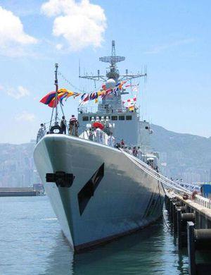 雷达比现代级少?我052B驱逐舰南海练纵向补给