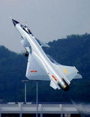 我军歼10战机首秀迪拜航展 或为检验飞机环境适应性