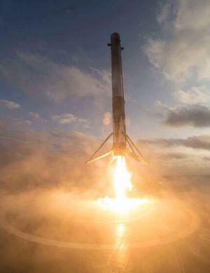 日本发射小型火箭欲与SpaceX竞争 网友拍下奇幻天象