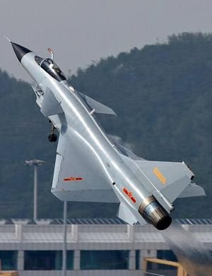 夜幕下的守护者!进行夜间训练的中国歼10战斗机