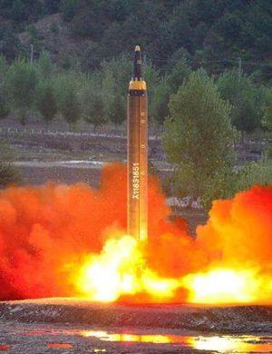 央视直击朝鲜5万人建军节阅兵:火星14导弹疑亮相