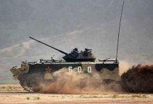 俄战车在比赛中突然漂移变道挡住中国伞兵车