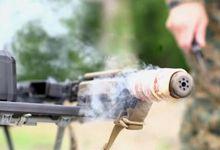 战场上想吃培根怎么办?美军网红手把手教你枪管烤肉术
