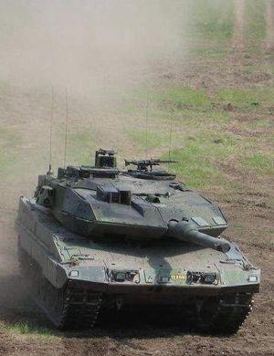 要发票不?荷兰演习期间豹2坦克去民用加油站加油