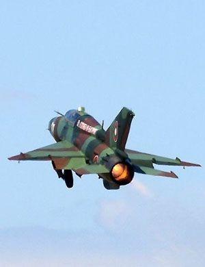 基地酿惨剧!罗马尼亚空军米格21飞行表演中坠毁