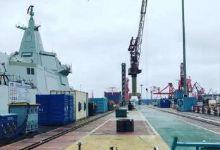 近防武器厉害了!055万吨战舰最近距离拍摄