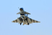 小巧又骚气!我军歼-10A战斗机空中打开减速板