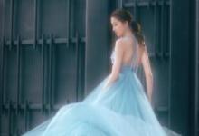 关晓彤亮相北京电影节闭幕式 蓝色长裙仙气满满