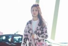 杨超越启程巴黎时装周 粉色针织衫少女感满满