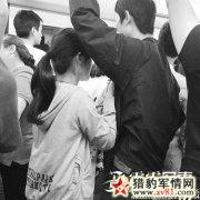 """武汉现""""地铁丐帮"""" 不给钱就对男乘客摸胸搂腰"""