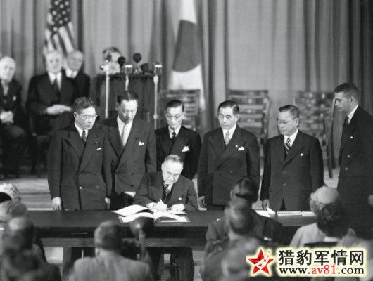 日本首相吉田茂在《旧金山和约》上签字