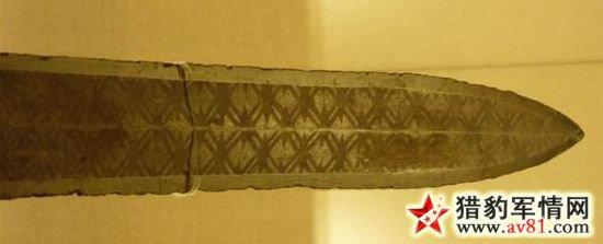 """""""菱形暗格纹""""的吴式青铜剑,上海博物馆藏。"""