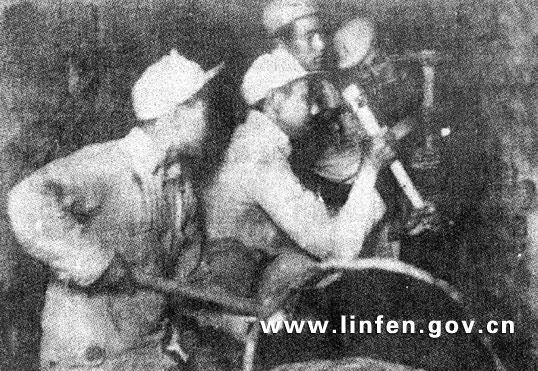临汾旅战士在挖坑道、埋炸药