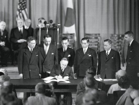 1951年9月8日,《旧金山和约》签字仪式的傍晚,日本时任首相吉田茂与美国又签署了《日美安保条约》