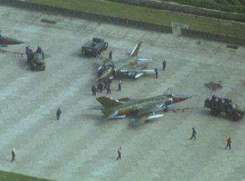 1979年中越开战后随着地面作战不断进展,中国空军也命令轰炸、强击航空兵部队根据战局情况,随时做好听令出动的准备。图为79年停放在昆明机场的强5型攻击机。
