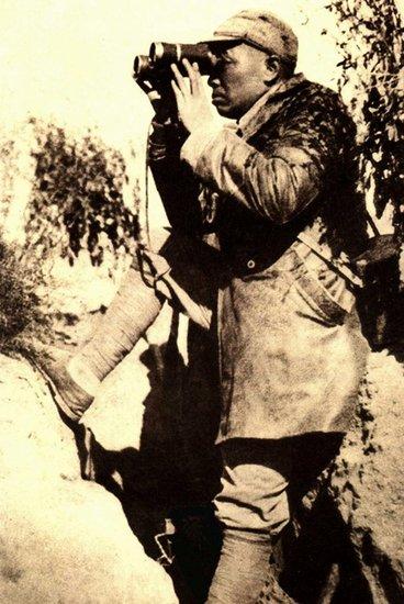 图注:关家垴战斗中彭德怀用望远镜观察敌情