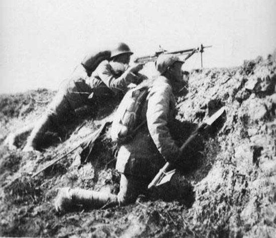 图注:关家垴战斗中的八路军机枪阵地