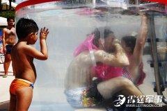 意大利举办水下接吻比赛 比的是技巧
