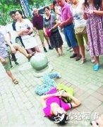 女子欲抱走广场玩耍小孩被拦下 倒地耍赖(组图)