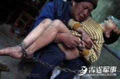 男童被亲生父母街头罚跪 呕吐哭泣被当做乞丐